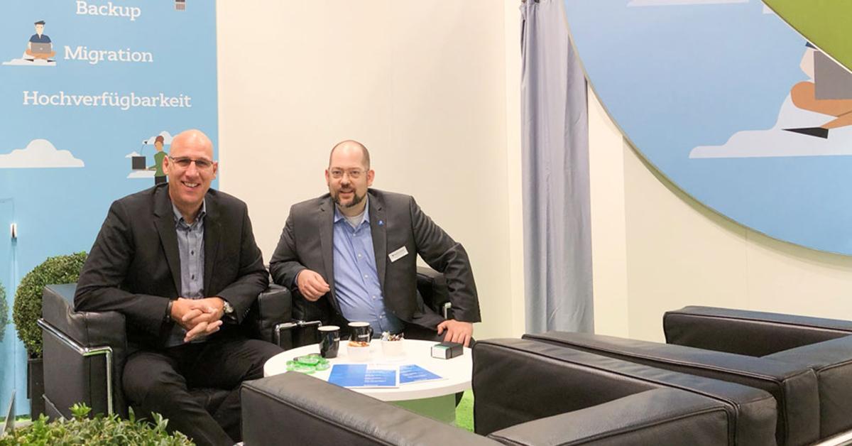 Daniel Brunnert, Channel Sales Manager von Carbonite, und unser Kollege Andreas Schröder empfangen Sie zum persönlichen Austausch in der Carbonite-Lounge.