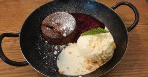 Das Dessert in Hamburg: lauwarmes Schokoladentörtchen mit Vanilleeis und Roter Grütze