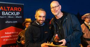 David Vella, Co-Founder & CEO von Altaro, und Marc Fischer mit dem Award als bester MSP-Distributor.