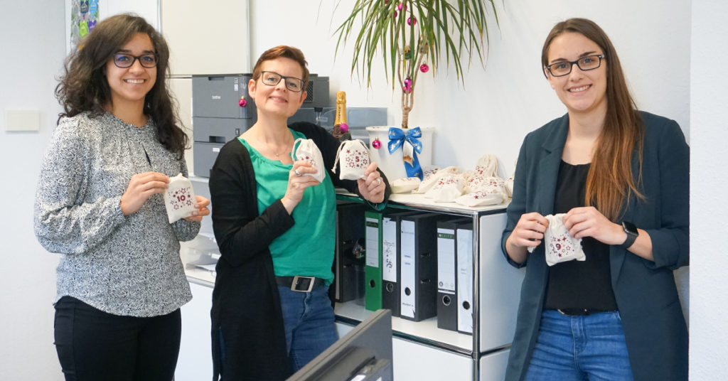 Eine geschmückte Palme und 24 selbst befüllte Säckchen findet man bei unseren Kolleginnen im Backoffice- und Accounting-Team.