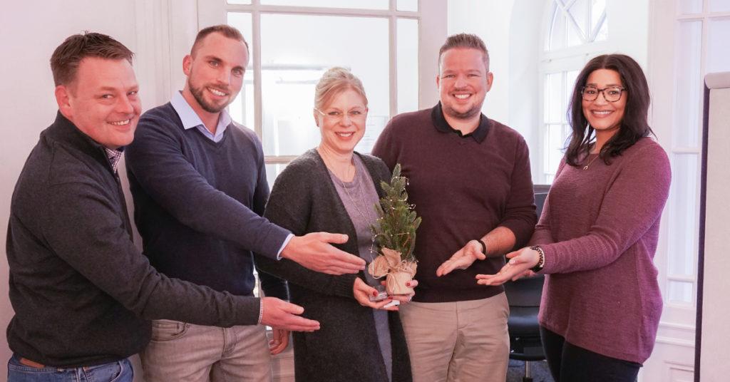 Unser Messaging-Team verzichtet auf Süßigkeiten und belässt es bei einem Weihnachtsbäumchen zur Deko im Büro.