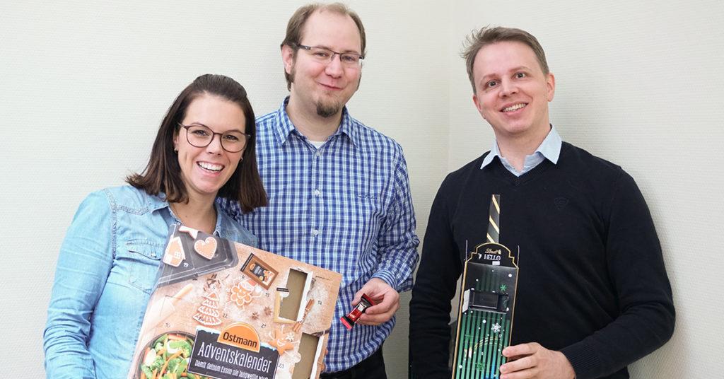 Karina, Michael und Daniel aus unserem Service Automation-Team zeigen ihre Adventskalender.