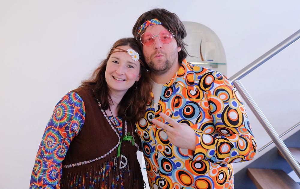 Petra und Dennis im Flower-Power-Look