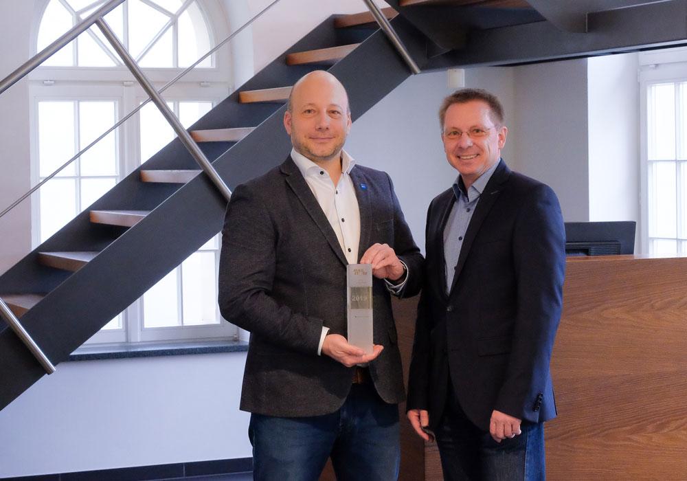 Director of Sales Norbert Neudeck von MailStore übergibt den Award an Marcus Zeidler, Geschäftsführer bei EBERTLANG (v.r.)