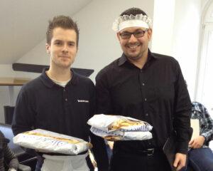 2012: Unsere Supportkollegen Simon Marsfelde und Manuel Bauer (v.l.) servieren Kuchen für alle