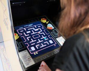 Nadja steuerte beim ersten Spiel direkt den legendären Pac-Man durch das Labyrinth