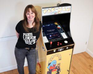Senior Channel Marketing Managerin Nadja nahm den Arcade-Automat in Betrieb